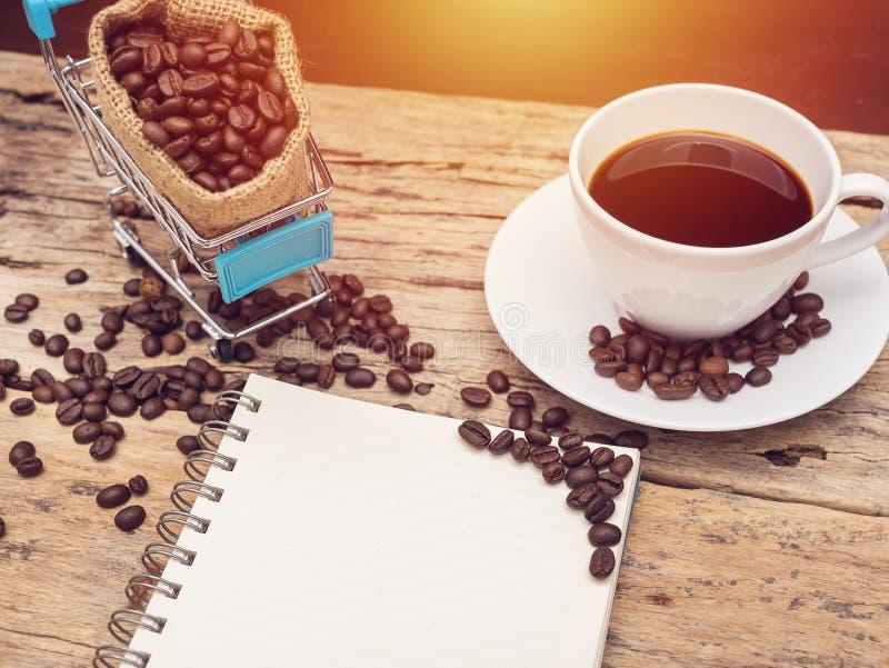 Пустая книга с космосом экземпляра и чашка свежего черного горячего кофе стоковое фото