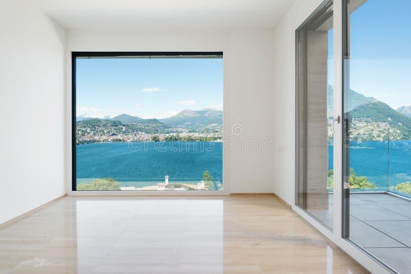 Пустая комната при окно обозревая озеро стоковые фотографии rf
