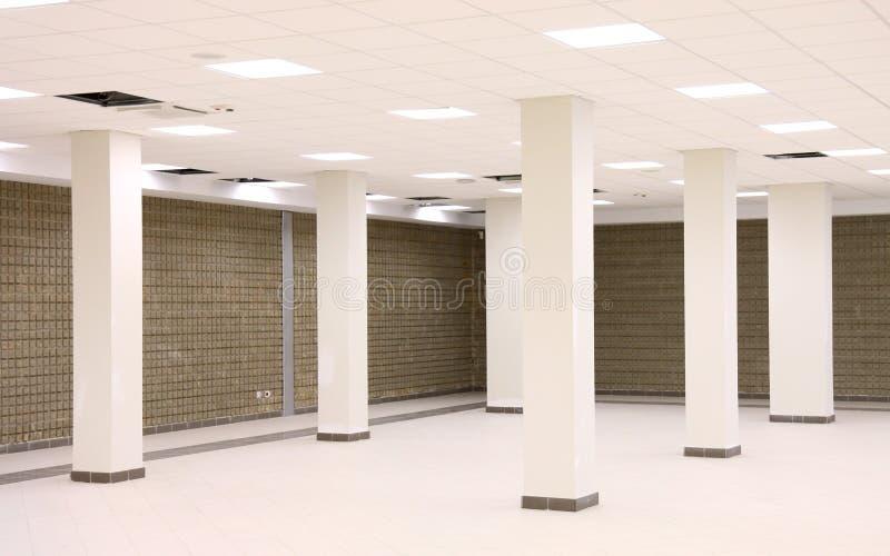 Пустая комната со штендерами бетона армированного стоковая фотография
