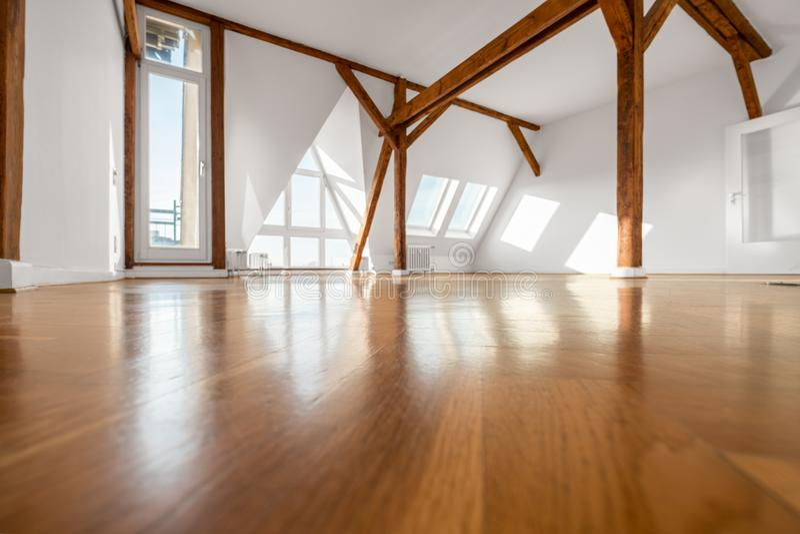 Пустая комната с деревянными лучами пола и крыши - пентхаусом стоковая фотография