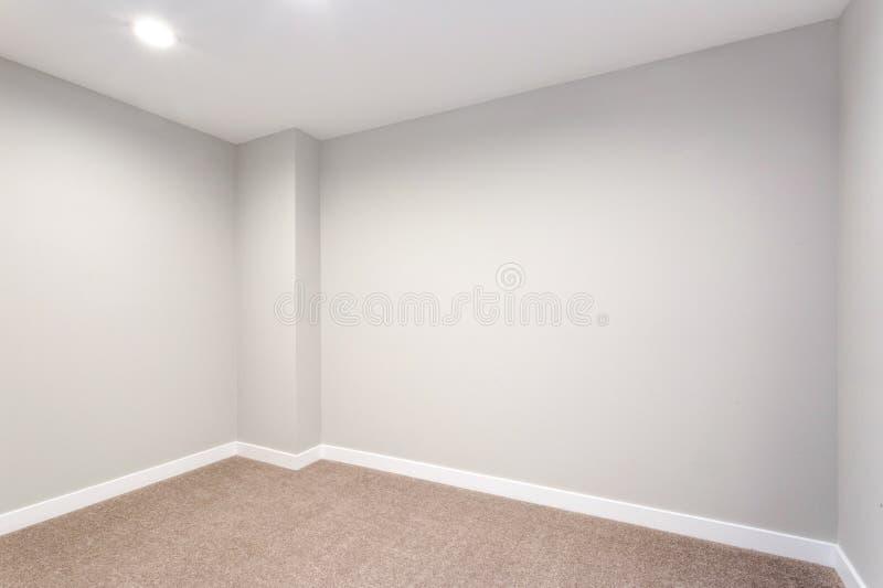 Пустая комната с мягкими серыми стенами и полом ковра стоковая фотография