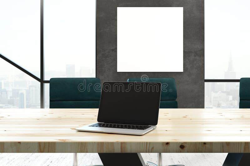 Пустая компьтер-книжка в комнате правления стоковое изображение rf