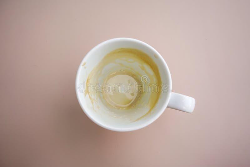 Пустая кофейная чашка на таблице После напитка утра стоковое фото