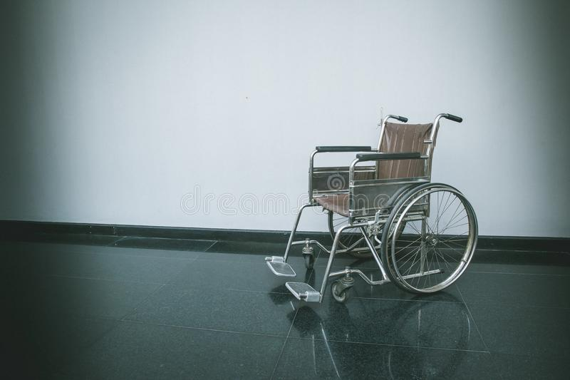 Пустая кресло-коляска припаркованная в пути прогулки больницы стоковые фотографии rf