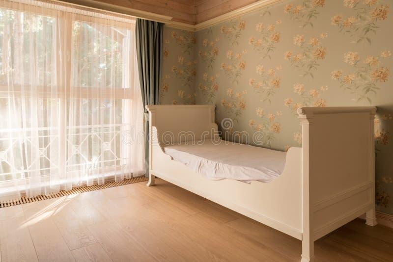 пустая кровать в уютной комнате современного стоковые изображения rf