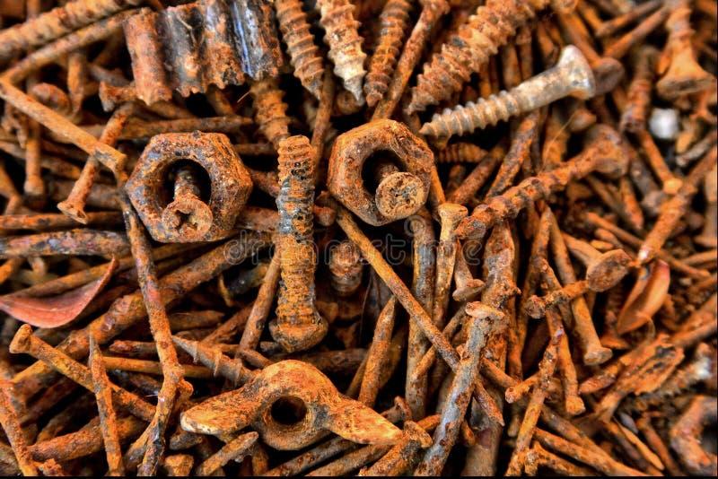 Пустая куча ржавых винтов и ногтей увиденных сверху стоковые фотографии rf