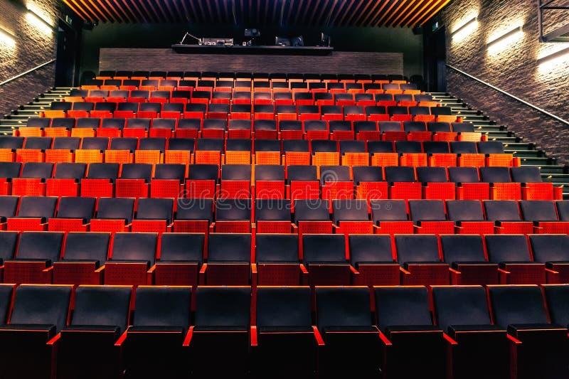 Пустая общественная зала театра или аудитории кино со строками мест или стульев стоковые фото