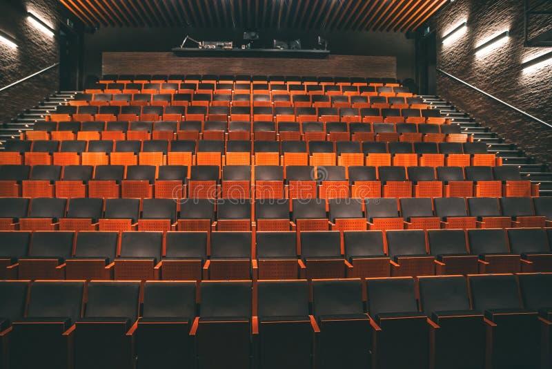 Пустая общественная зала театра или аудитории кино со строками мест или стульев стоковая фотография rf