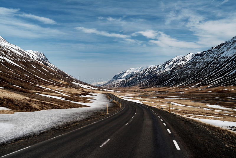 Пустая дорога в ландшафте снега стоковое фото