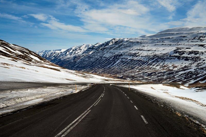 Пустая дорога в ландшафте снега стоковые фото