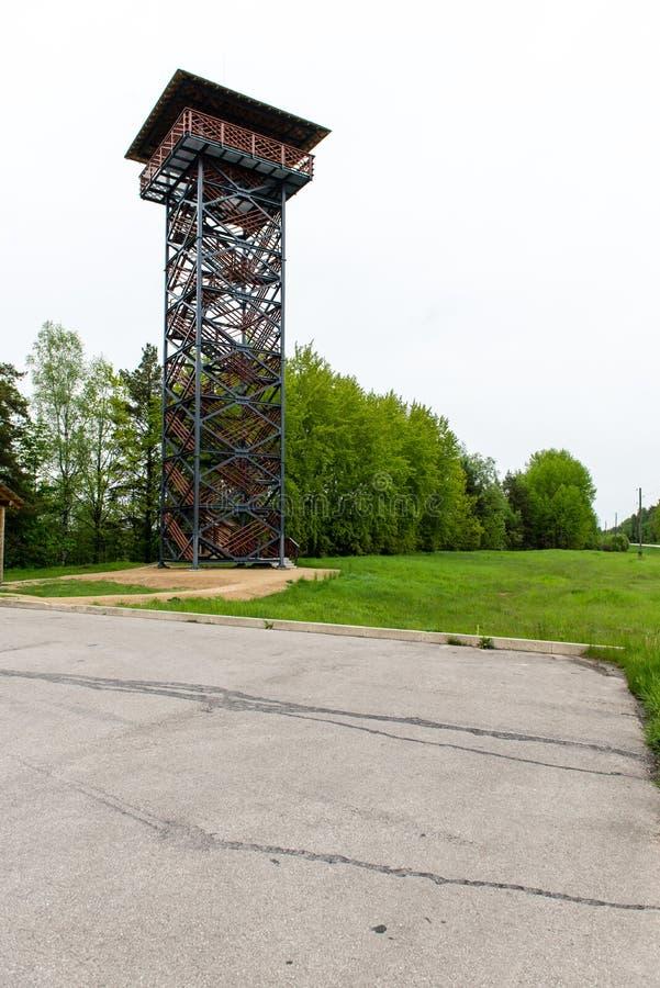 Пустая дорога в сельской местности с сторожевой башней стоковое фото
