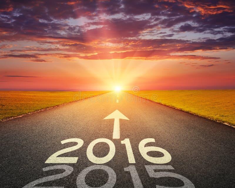 Пустая дорога до предстоящее 2016 на заходе солнца стоковые изображения rf