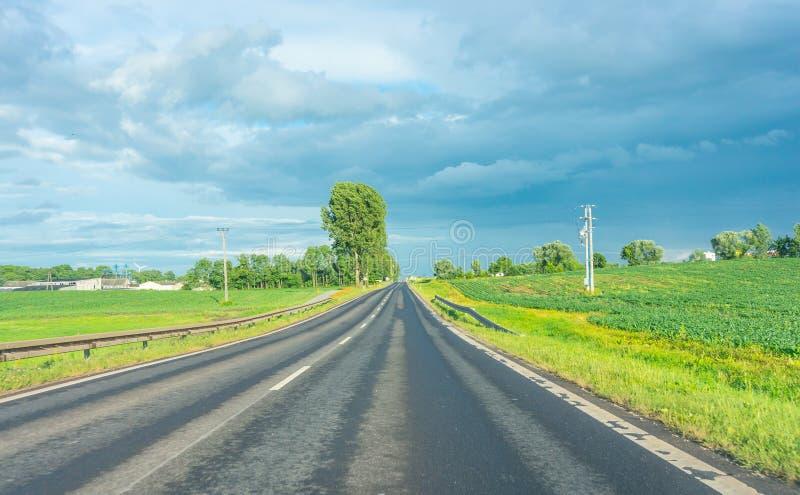 Download пустая дорога стоковое изображение. изображение насчитывающей трава - 41659801