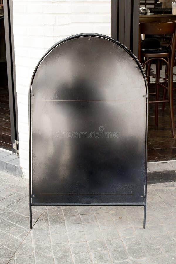 Пустая доска меню черного листового железа с фронтом пути клиппирования кафа стоковые изображения rf
