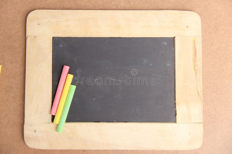 Пустая доска для космоса экземпляра с красочными частями мела стоковое фото rf