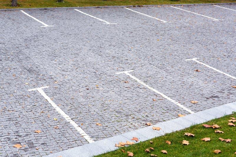Пустая парковка для автомобилей стоковые изображения rf