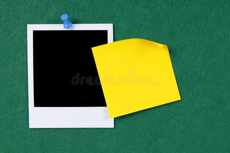 Пустая печать фото с желтым липким примечанием стоковые фотографии rf