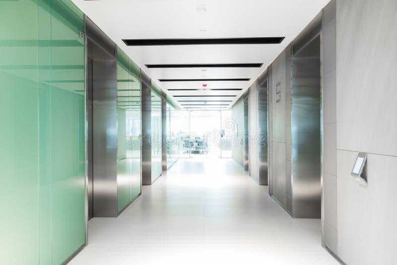 Пустая прихожая имея лифт организации бизнеса стоковая фотография rf