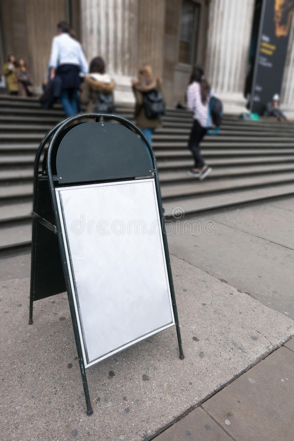 Пустая пустая белая доска знака на конкретном поле перед шагами пути входа строить внешними стоковая фотография