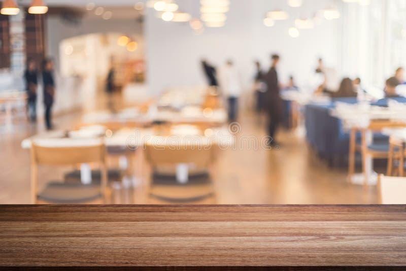 Пустая платформа космоса деревянного стола и запачканное interio ресторана стоковое изображение rf