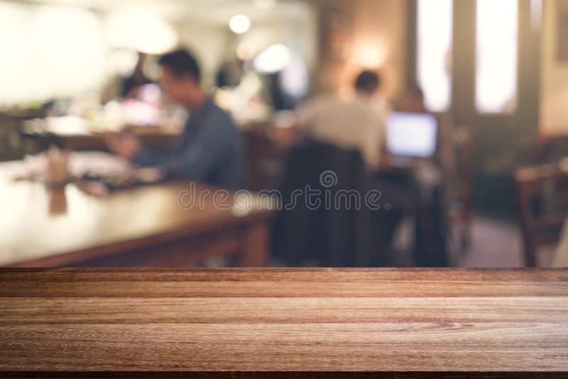 Пустая платформа космоса деревянного стола и запачканное interio ресторана стоковая фотография