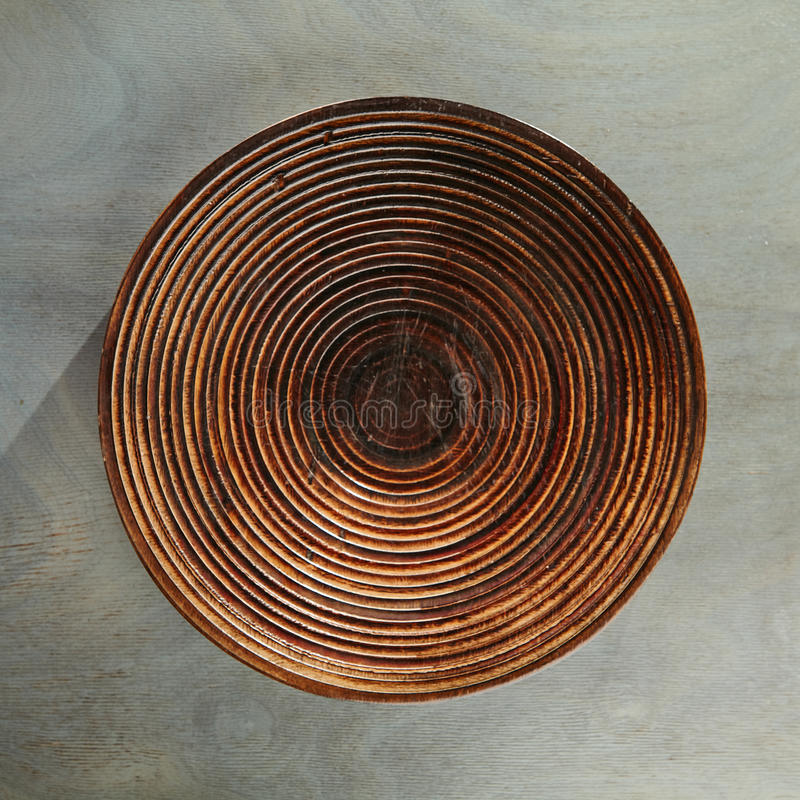 Пустая плита на серой древесине стоковая фотография