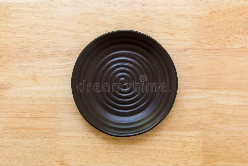 Пустая плита на таблице/пустой плите на предпосылке таблицы стоковые изображения rf