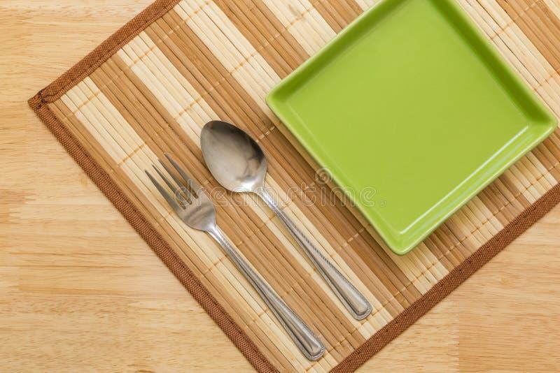 Пустая плита на таблице/пустой плите на предпосылке таблицы стоковые фото
