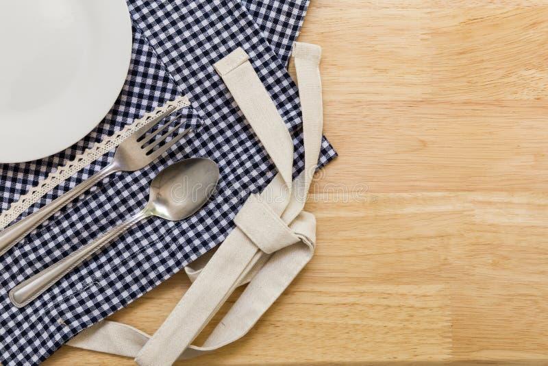 Пустая плита на таблице/пустой плите на предпосылке таблицы стоковое фото rf