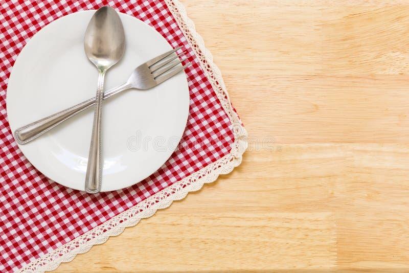 Пустая плита на таблице/пустой плите на предпосылке таблицы стоковое изображение