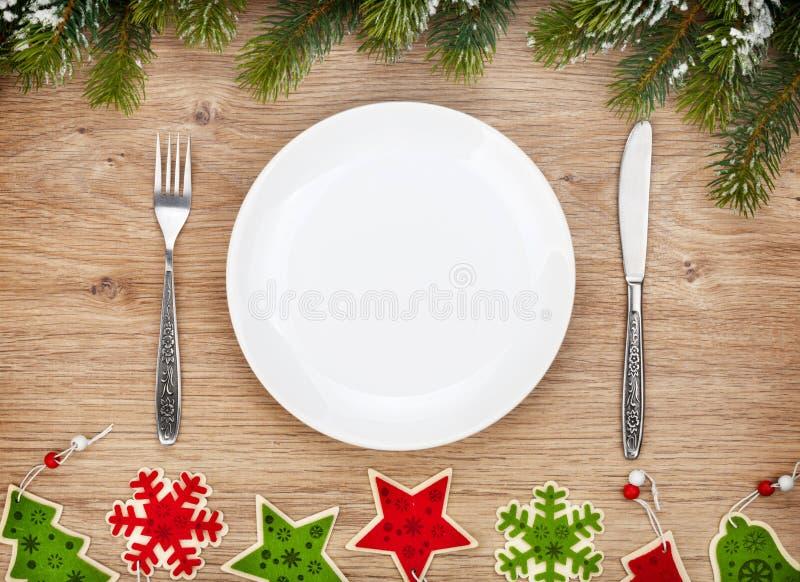 Пустая плита с silverware, елью и оформлением рождества стоковые фото