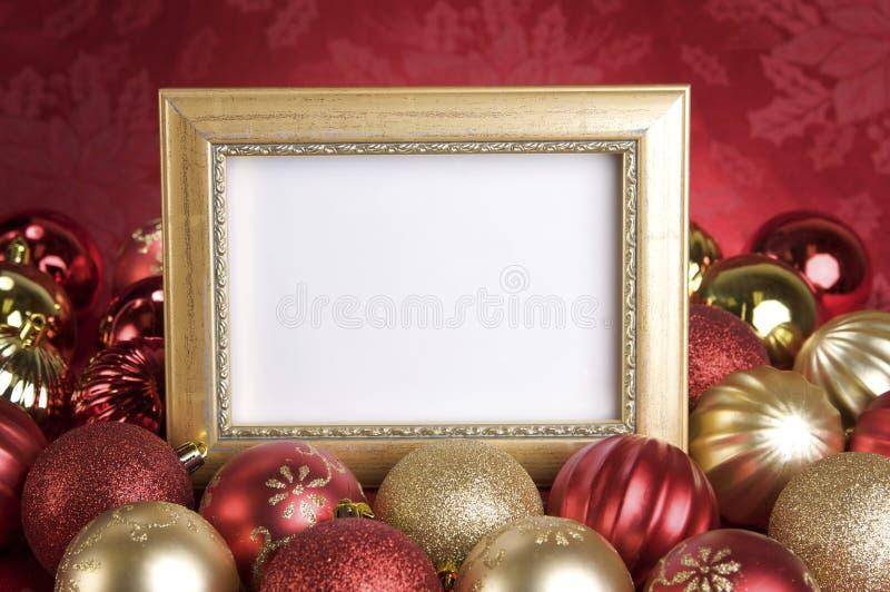 Пустая рамка золота с орнаментами рождества на красной предпосылке стоковое изображение