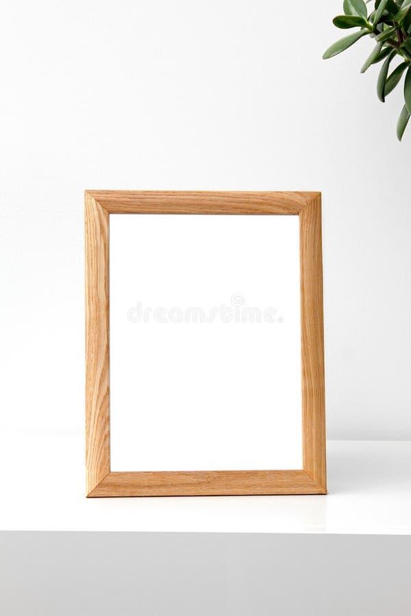 Пустая рамка фото на таблице в комнате стоковое изображение
