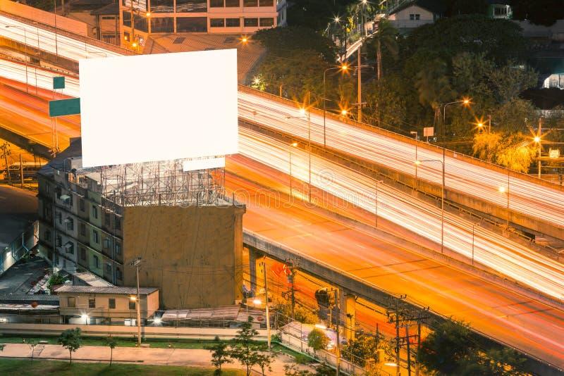 Пустая реклама на здании с светлым кабелем стоковое изображение rf