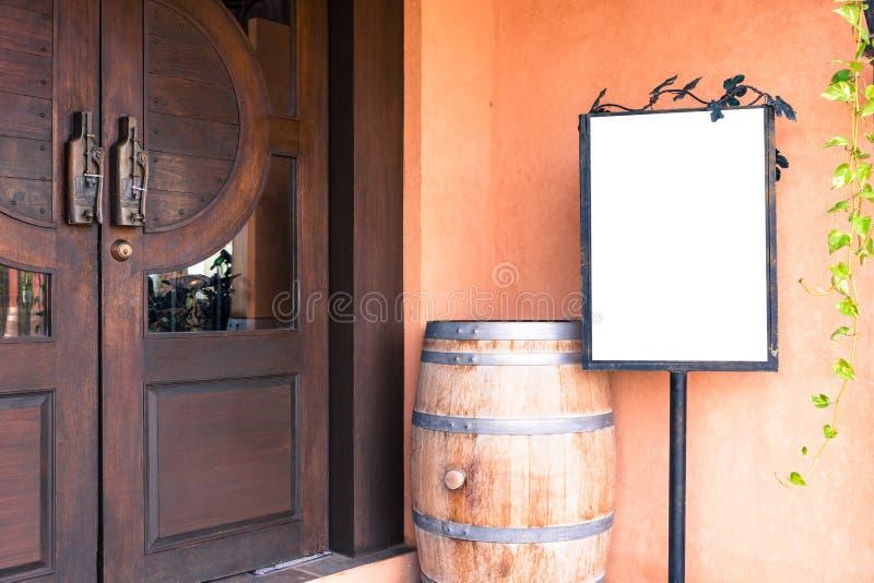 Пустая реклама с винтажной дверью Смогите использовать для монтажа или показывать ваш продукт стоковая фотография rf
