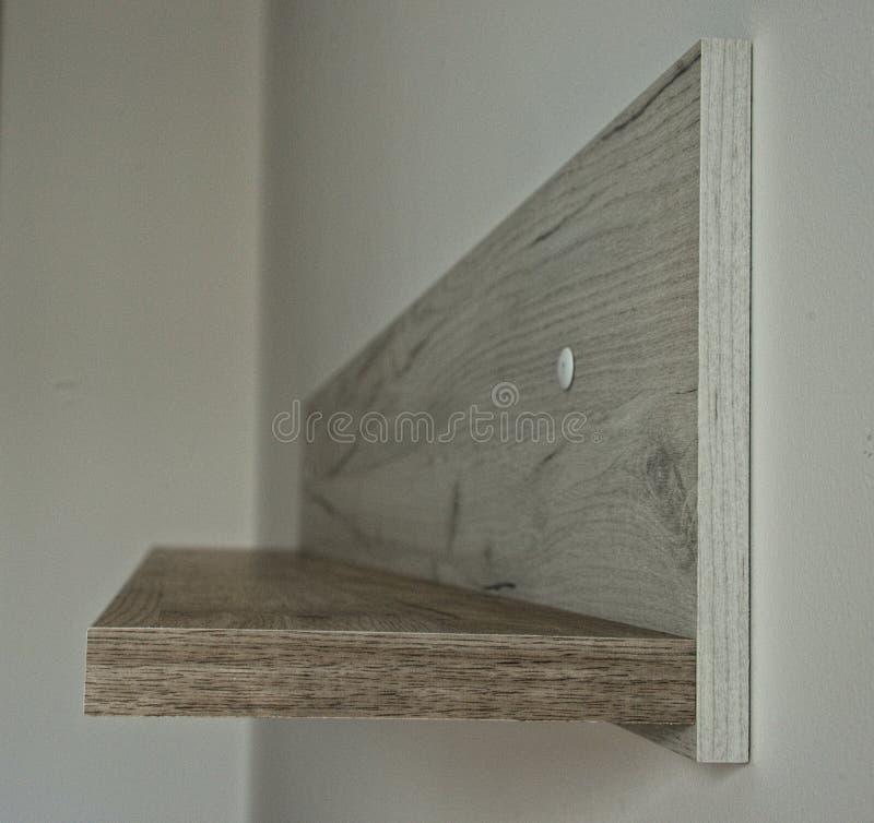 Пустая серая деревянная полка на белой стене, взгляде со стороны стоковые фотографии rf