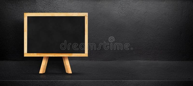 Пустая склонность классн классного на черном внутреннем backgroun комнаты цемента стоковые фотографии rf