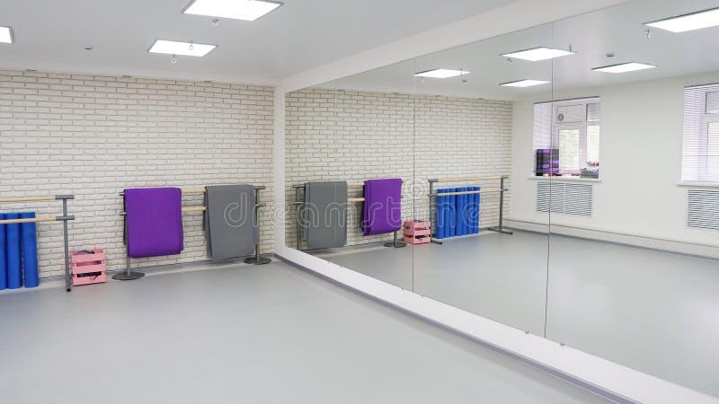 Пустая современная зала для танц-классов или студии фитнеса стоковая фотография