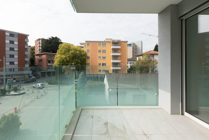 Пустая современная квартира, балкон пасмурный день стоковые фото