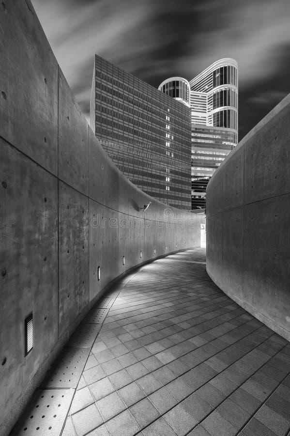 Пустая современная пешеходная дорожка в центре города стоковое фото