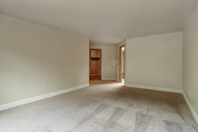 Пустая спальня с полом ковра стоковые изображения