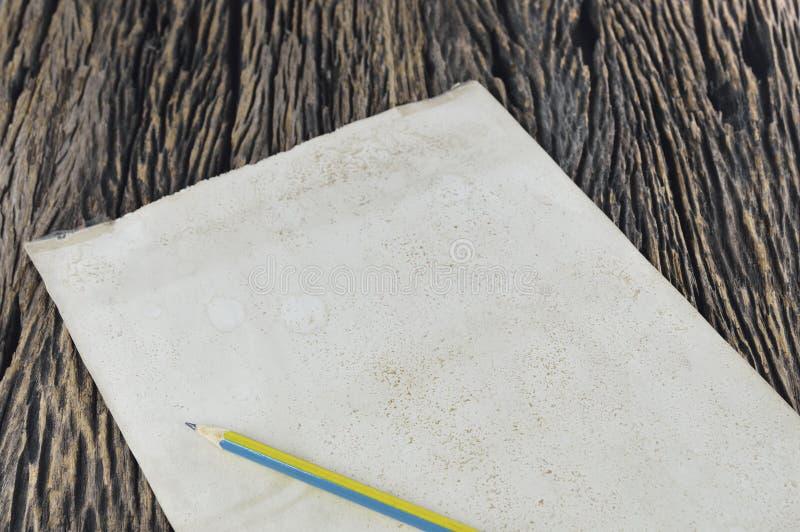 Пустая старая бумага с деревянным карандашем стоковое фото rf