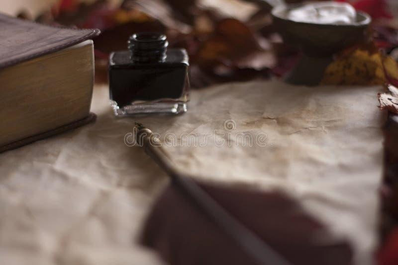 Пустая старая бумага с ручкой и чернилами пера, свечой и библией на деревянном столе стоковая фотография rf
