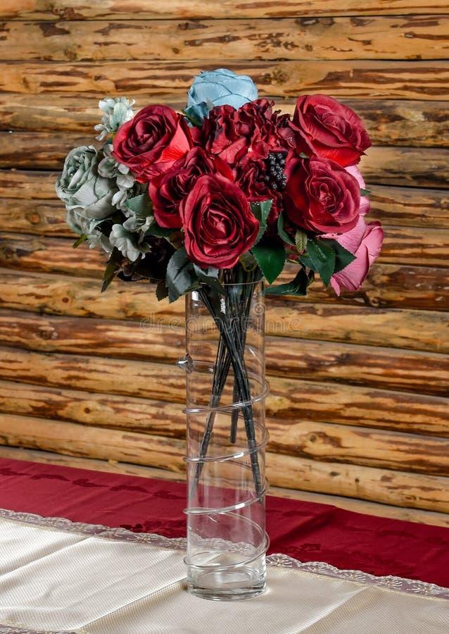 Пустая стеклянная ваза с искусственными цветками стоковая фотография rf