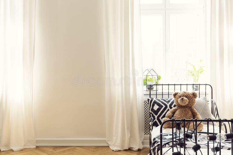 Пустая стена в интерьере спальни ребенка стоковая фотография rf