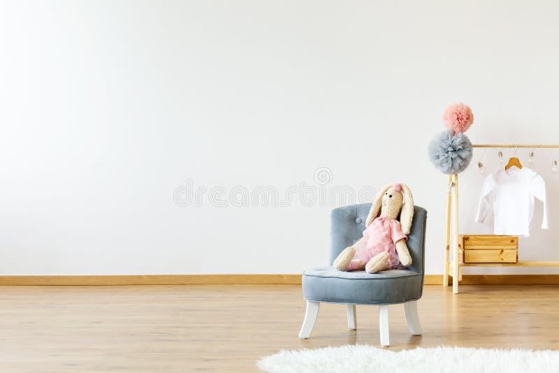 Пустая стена, место с кроликом и вешалка с pompoms и T-shi стоковое изображение rf