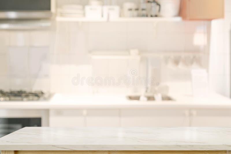 Пустая столешница в комнате кухни стоковые фотографии rf