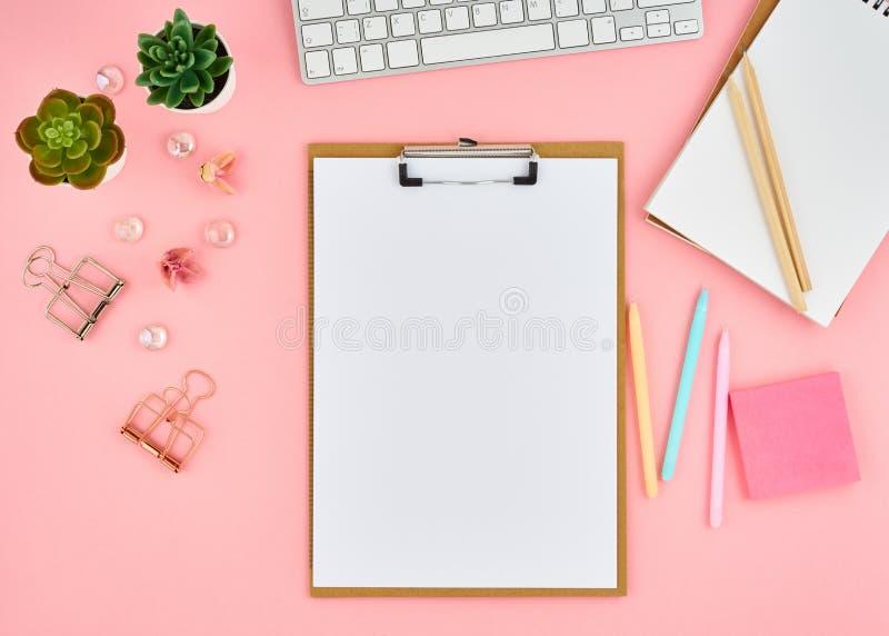 Пустая страница блокнота для текста на розовом рабочем столе офиса Взгляд сверху современной яркой таблицы с тетрадью, клавиатуро стоковые фотографии rf