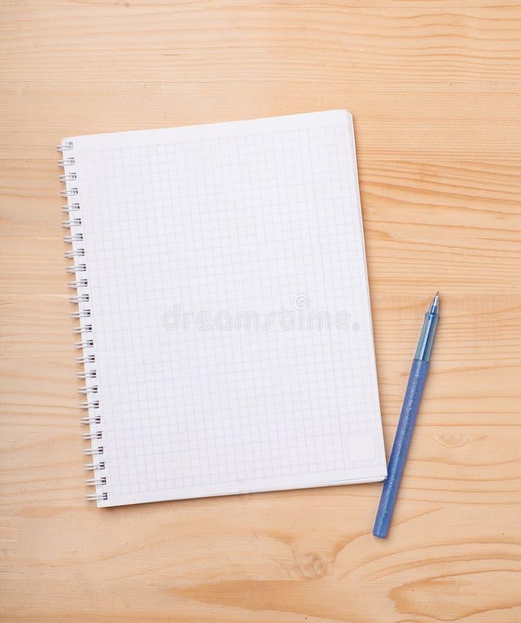 Пустая страница тетради с прописями с ручкой стоковые фото