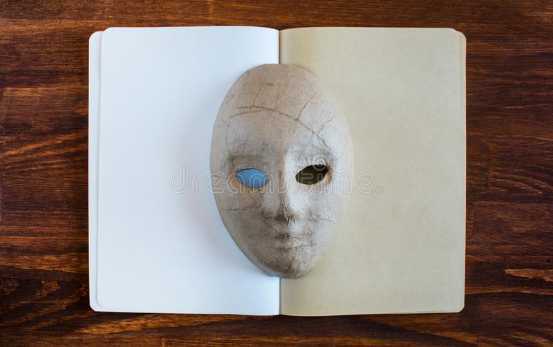 Пустая тетрадь с маской папье-маше стоковое фото rf